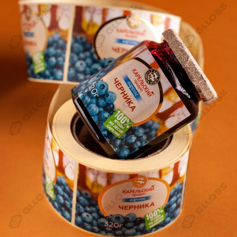 Самоклеящиеся этикетки с премиум-отделкой на варенье «Черника» для бренда «Карельский продукт»