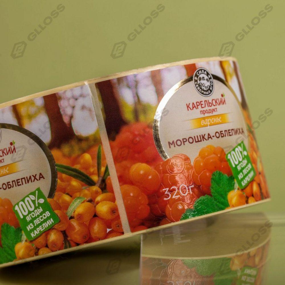Самоклеящиеся этикетки с премиум-отделкой на варенье «Морошка–Облепиха» для бренда «Карельский продукт»